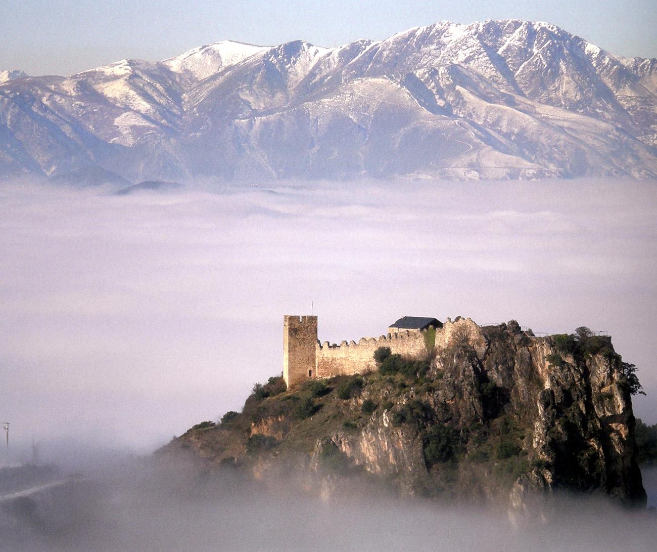 549477-el-impresionante-castillo-de-cornatel